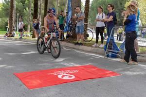 Einer der Läufer eines Triathlons bereitet sich darauf vor sich auf sein Rad zu begeben - Challenge Peguera Mallorca 2018