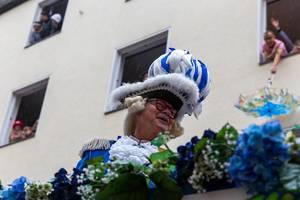 Einer von den Blauen Funken - Traditionskorps in Köln - während des Rosenmontagsumzugs 2020