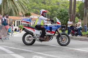 Eines der Sicherheitsmotorräder des Triathlons