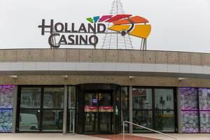 Eingang des Holland Casino mit Drehtür in Zandvoort in den Niederlanden
