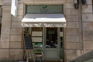"""Eingang des veganen Bio-Restaurants """"Petit Brot"""" mit Kreidetafel vor grüner Haustür an der Carrer del Dr. Dou, nahe der Kathedrale von Barcelona, Spanien"""