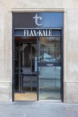 Eingang des veganen Restaurants Flax&Kale von Foodbloggerin Teresa Carles in Barcelona, Spanien