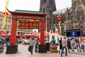 Eingang zum Chinafest in Form eines chinesischen Tores