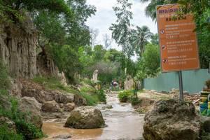 Eingang zum Fairy Stream in Mui Ne (Vietnam) mit ersten Sandsteinformationen und Hinweistafel