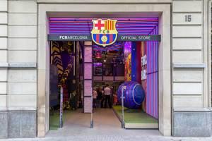 Eingang zum offiziellen FC Barcelona Store, in den Vereinsfarben und riesigem Barca-Fußball in Spanien, nahe des Monument al Llibre