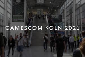 Eingangsbereich der Gamescom Köln 2021 mit großer Treppe und Besucher der digitalen Spielekultur-Messe