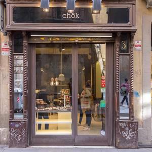 """Eingangstür des kleinen Pralinenladens und veganen Geschäfts """"chök - the chocolate kitchen"""", im Zentrum von Barcelona, Spanien"""