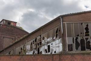 Eingeschlagene Fenster eines alten Fabrikgebäudes