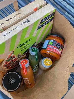 Einkauf von gesunden Lebensmitteln wie Tomatensuppe, veganer Pizza und Fruchtsäften