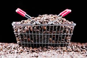 Einkaufskorb aus Metall voll mit Kaffeebohnen