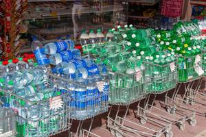 Einkaufswagen randvoll mit Wasserflaschen im Angebot