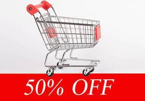 Einkaufswagen vor weißem Hintergrund über rotem Banner mit Text 50% OFF (50% reduziert)