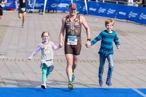 Einlauf mit den Kindern beim Triathlon