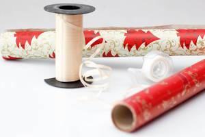 Einpackpapier und Schleife für Weihnachtsgeschenke