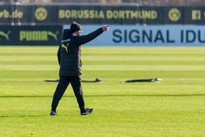 Einzelaufnahme von BVB Trainer Lucien Favre beim öffentlichen Training vom BVB an einem sonnigen Wintertag