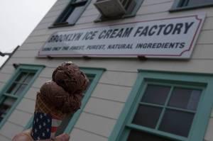 Eis von Brooklyn Ice Cream Factory in New York City, USA