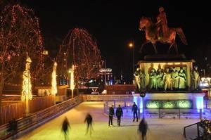Eislaufbahn und Reiterdenkmal am Weihnachtsmarkt Köln