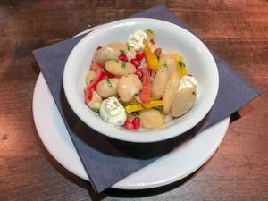 Elefantenbohnen-Salat mit Granatapfel und Ziegenkäsecreme. Nahaufnahme
