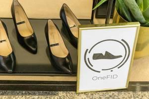 Elegante Damenschuhe aus schwarzem Leder mit leichtem Absatz in Schuhgeschäft