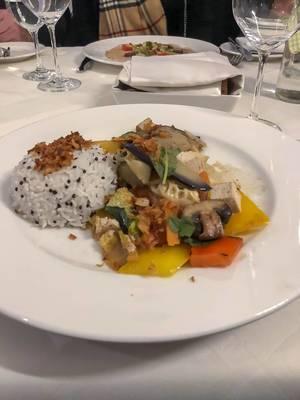 Elegantes, vegetarisches Dinner für zwei mit Gemüseteller, dazu Reis und Röstzwiebeln