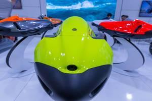 Elektrische Unterwasser-Scooter in futuristischem Design für Schwimmer und Taucher