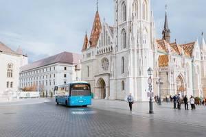 Elektrischer Bus vor der St. Matthias Kirche in Budapest, Ungarn