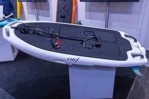 Elektrisches Surfboard von curf mit Finnen, Halteschnur und rutschfester Oberfläche