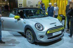 Elektro-Mini: Elektroauto Mini Cooper SE in grau-gelb, mit Typ 2 und CCS Combo 2 Stecker