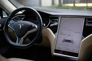 Elektroauto aufladen:: Batterieanzeige und Ladevorgang werden auf dem Touch-Display im Tesla Model S angezeigt