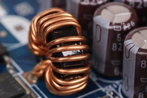 Elektromagnetische Spule neben anderen Modulen in einem Schaltkreis Nahaufnahme