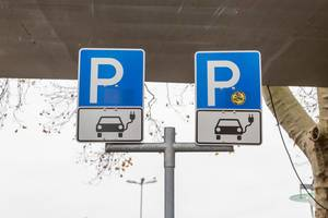 Elektromobilität in deutschen Großstädten: Parkplatz mit Ladestation für Elektroautos in Wiesbaden