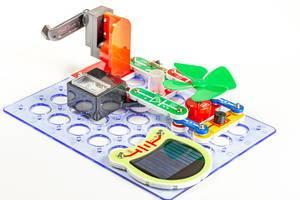 Elektrotechnik Kinder-Schablone mit Solarpanel, Ventilator und anderen Modulen auf weißem Hintergrund