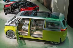 Elektrovan mit Open Space: Seitenansicht auf den ID. BUZZ in gelb und silber, mit Glasdach / Elektrobus von VW
