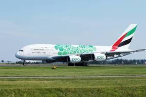 Emirates Airlines A380 EXPO2020 Flugzeug rollt über den Amsterdamer Flughafen