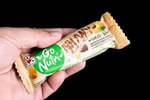 Energie-Müsli-Riegel aus Getreide mit Aprikosengeschmack und dunkler Schokolade