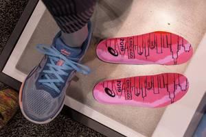 Energiesparende und Muskelkraftreduzierende Laufschuhe von Asics: Glideride mit Guidesole-Technologie, im Chicago Marathon 2019 Look