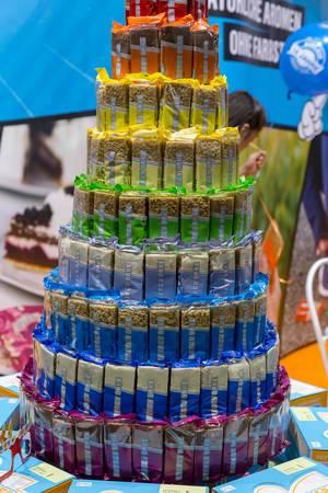 Energy Cake in verschiedenen Sorten zu einer Torte gestapelt bei den Messetagen der Fibo in Köln