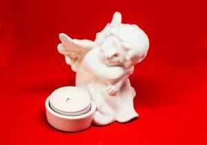 Engel mit Kerze als Dekogegenstand