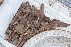 Engelsskulptur über dem Eingang zur Christ-Erlöser-Kathedrale
