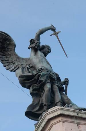 Engelsstatue mit Schwert in Rom, Italien