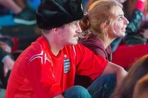 Englischer Fußballfan schaut sich das Endspiel an