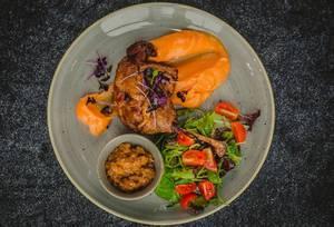 Entenconfit und gestampften Kürbis mit farbenreichen Gemüse - Nahaufnahme in Draufsicht