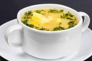 Erbsensuppe mit Dill und Kartoffeln in einer weißen Suppentasse Nahaufnahme