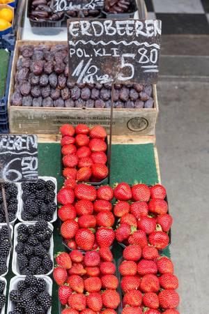 Erdbeeren, Brombeeren und Datteln an einem Obststand am Naschmarkt