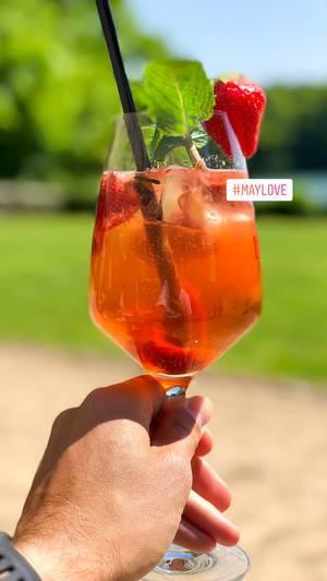Erfrischender Cocktail mit Strohalm, Minze und Erdbeere