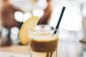 Erfrischendes Apfelgetränk. Verschwommener Hintergrund