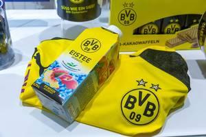 Erfrischungsgetränk und Snacks beim Fußball gucken: Pfirsich-Eistee, Kakaowaffeln und Borussia Dortmund Trikot