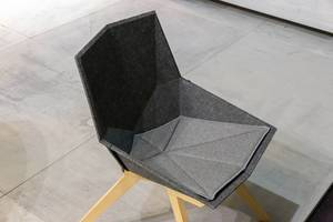 Ergonomisch geformter Stuhl mit Sitzfläche aus grauem Filz und Beinen aus Holz