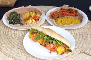 Eri-Sandwich: Rindfleischstreifen, würzige eritreische Chilipaste, Cheddar, Rukola, Jalapeño und karamellisierte Zwiebel