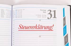 Erinnerung an Steuererklärung in roten Buchstaben eingetragen In Kalenderbuch